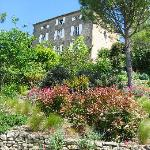 the hotel from the garden/vue du jardin