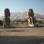 Colossi di Memnone (l'hotel si trova proprio dietro a 50 metri)