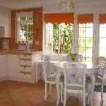 The Cottage: Kitchen with sea view