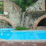 esta es una de las piscinas del hotel magnifico