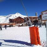 L'hôtel est juste à gauche du canon à neige (au pied orange)