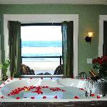 All Rooms have oceanfront tubs for 2!