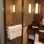 salle de bain (douche + baignoire)