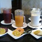 los zumos recién hechos del buffet de desayuno