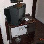 Fernseher mit ramponiertem Untersatz