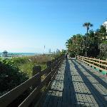ideal zum joggen, der Steg am Strand