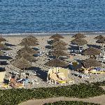 Der Strand mit sehr bequemen Liegen und Handtüchern