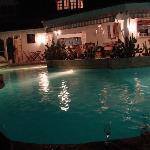 """La nuit dans la piscine autour """"d'un"""" verre"""