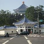 5min walk to Chiangkaishek memorial park