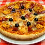 Chicken piri piri pizza with Roquito® sweet chilli peppers, red onions, black olives.