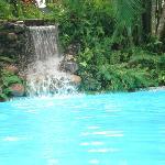 la relajante piscina con su cascada