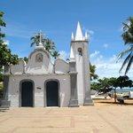 La plaza con su iglesia frente al mar