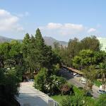 Utsikt från balkongen, mot bergen