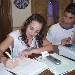 La joven artista flamenca Maria Carrasco firmando en el libro del Hotel Palomares**