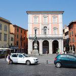 Piazza Garibaldi: il palazzo del B&B è quello giallo sulla sinistra