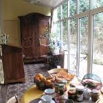 明るい雰囲気の部屋で朝食。