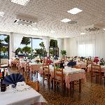 Sala ristorante cliamtizzata con vista mare