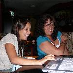 En el bar probando la laptop