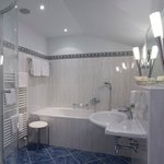 Badezimmer ausgestattet mit allem Komfort