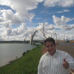 Al fondo el puente JK que cruza el lago artificial en Brasilia