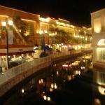 En el mall entra un brazo de mar que aprovecharon en hacer una pequeña Venecia con puentecitos m