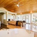 Pacific Grand Suite - Lakeside Illahee Inn