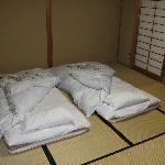 Le soir, un personnel efficace met en place les futons - Hôtel Kosho, Nikko.