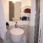 bagno con lavabo e doccia