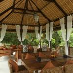 Villa Empat, Teman Desa