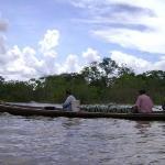 Familia viajando por el rio Ucayali