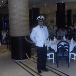 la salle de restaurant et un serveur