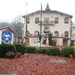Picture of front of hotel