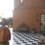 Terraza exterior con Ceramio Inca de Julio C Tello