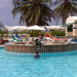 Lavori di restauro piscina con turisti che facevano il bagno
