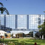 Modern hotel in a green surrounding / Hôtel moderne dans un écrin de verdure