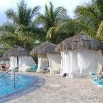 """La piscine """"tranquille"""" avec les jacuzzis intégrés"""