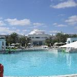 La piscine vue du côté plage