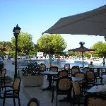 ristorante all'aperto con vista piscina