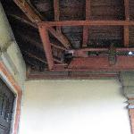 Balkon, stoffig en smerig, de stoeltjes zijn smerig om in te zitten, deur van het balkon beschim