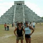 Devant la pyramide de Kukulcan sur le site de chichen Itza.