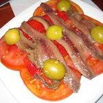 ansjovis en tomaat op brood