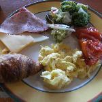 ビュッフェの朝食。品数豊富で美味しかったです