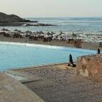 Piscina con sfondo spiaggia