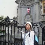 Manneken Pis, the famous statue of a little boy peeing. Tượng thằng bé đứng tè - hôm Hip đến thằ