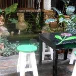 cour jardin avec tables pour manger