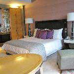 Deluxe Harbour-View Room, Four Seasons Hong Kong