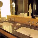 Double Lavatories, T&B, Deluxe Harbour-View Room, Four Seasons Hong Kong