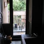 内風呂から露天風呂へ続く。
