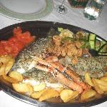 This platter consists of 2 seabass, 2 seabream, grilled squids, fried squids, scampi, vegs & tas