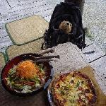 ピザ(小)とサラダ(500円)。食べ切れなければ持ち帰りも出来ます。